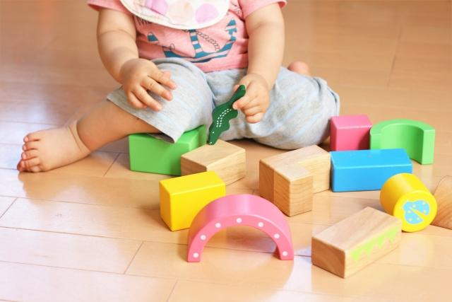 フリー おもちゃで遊ぶ子ども